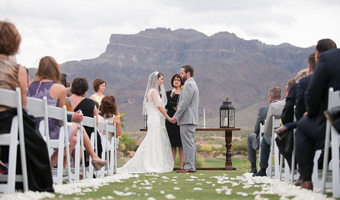 Via http://www.kateaspen.com/bloghttps://cdn.kincir.com/1/old/2016/03/Bride-and-Groom-at-Altar-With-Mountains-In-Background-Country-Club-Elegance-in-Arizonas-Desert-Mountains-Leslie-Ann-Photography.jpg