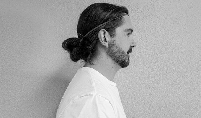 Via https://thelonghairs.us/headband-hairstyles-for-men/