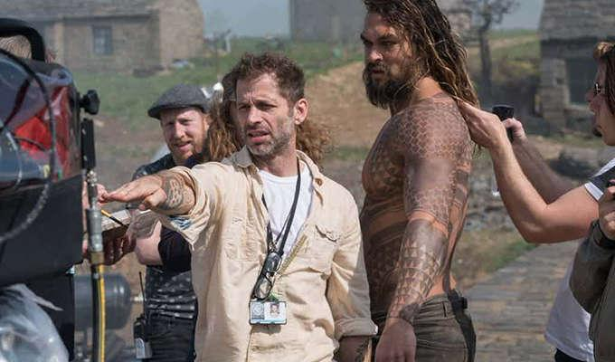 Via https://static0.srcdn.comhttps://cdn.kincir.com/1/old/2017/10/Justice-League-Behind-the-Scenes-Image-of-Zack-Snyder-and-Aquaman.jpg?q=20&w=1024&h=&fit=crop